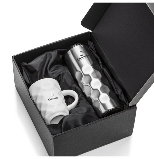 Ensemble bouteille en céramique et tasse isolés